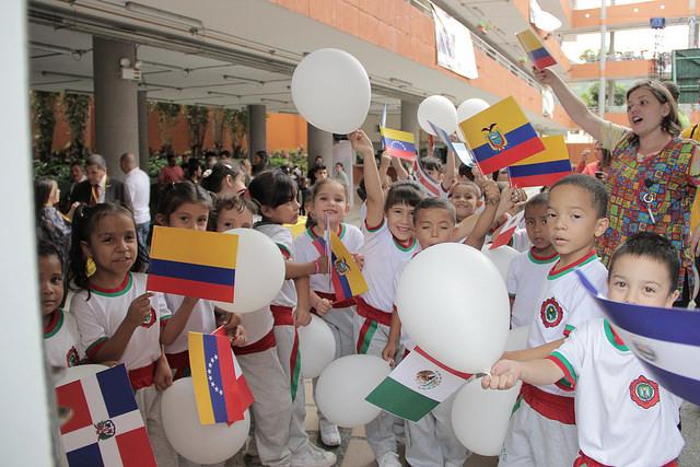 Estudiantes de preescolar dan la bienvenida a los visitantes