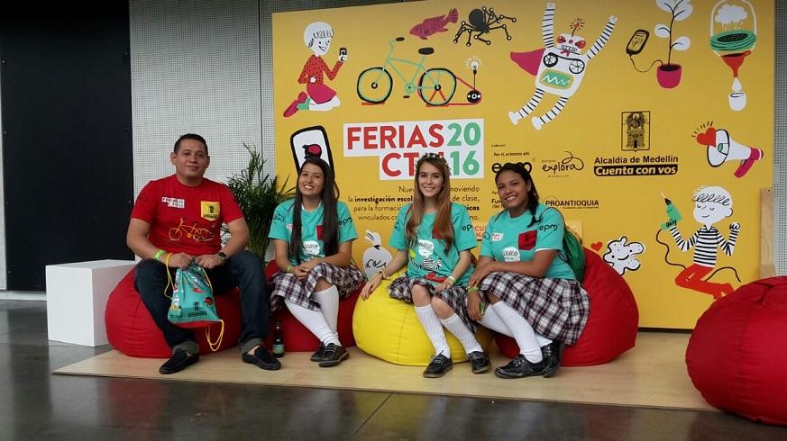 Estudiantes y Docente de la I.E San José en la Feria Central del Parque Explorar
